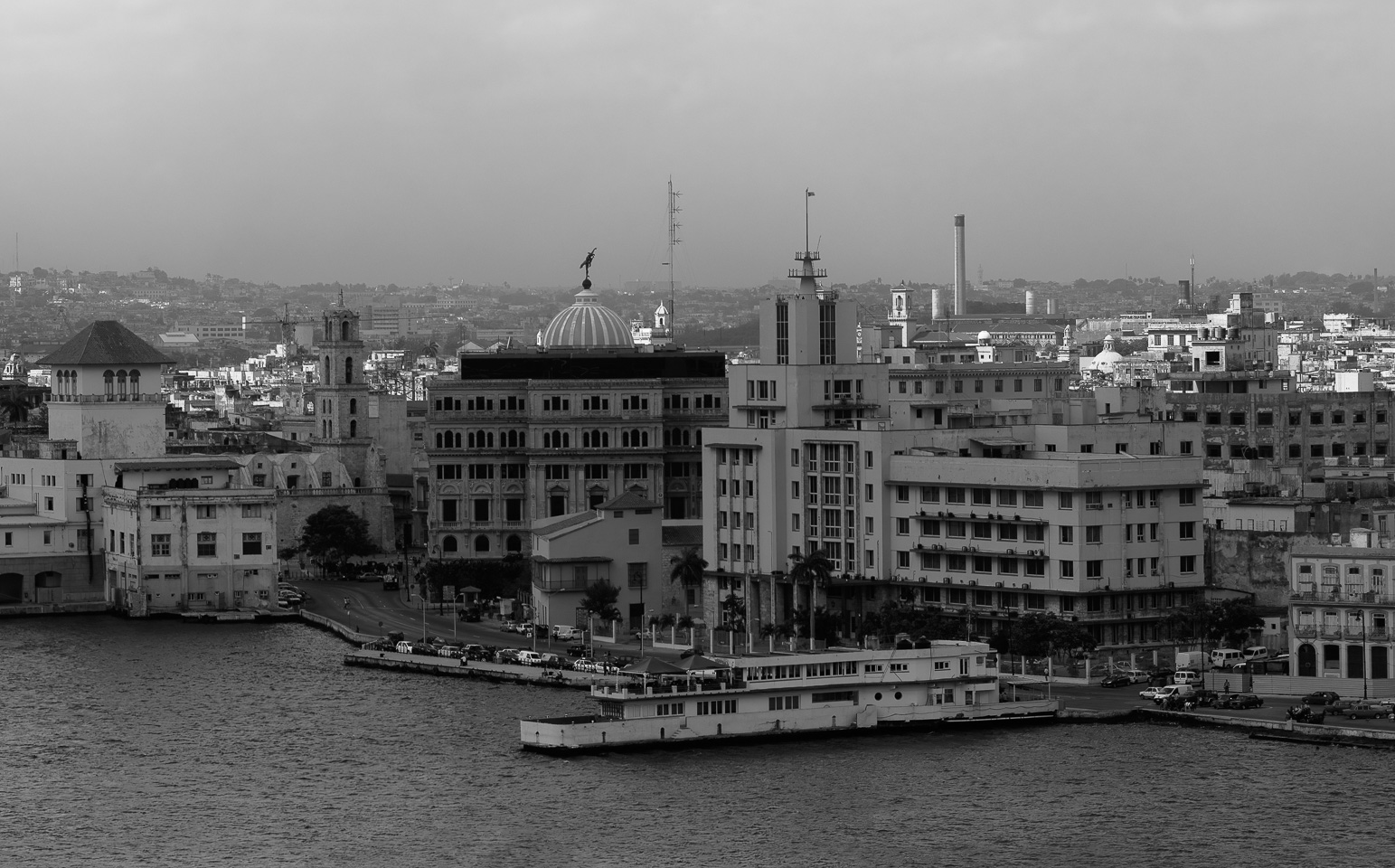 Malecon-Havana-Cityscape-panorama-black-and-white-fine-art_v1.jpg